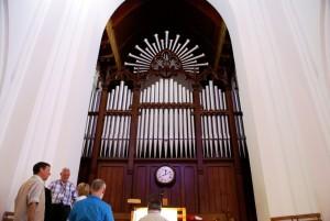 Club Tour 2010 in South Africa. 1953 Laukhaff organ (III/49), Moederkerk, Stellenbosch (Photo: R Blanch)